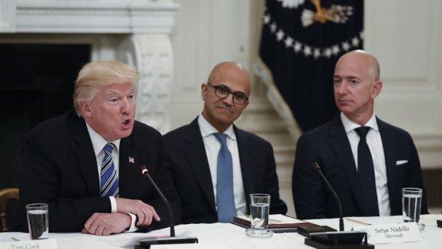 Trump richt vizier op Bezos' Amazon, koers hard onderuit