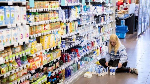'Supermarkten lappen regels jonge werknemers aan hun laars'