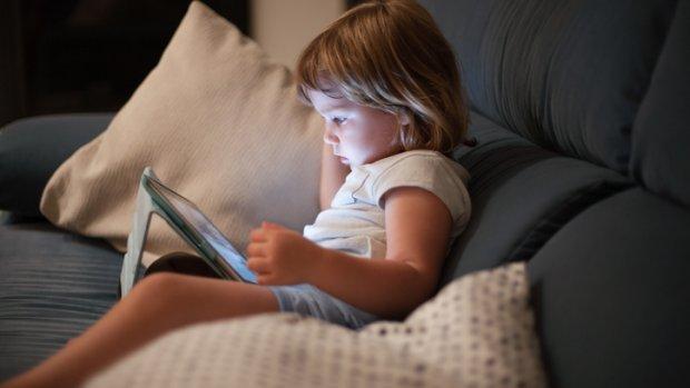 Nieuwe richtlijn: baby moet niet naar schermen kijken