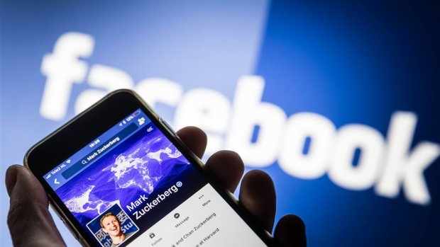 Facebook en Twitter halen honderden accounts offline