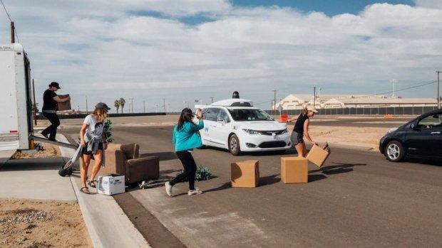 Test bij Waymo: verkleed als Elmo voor zelfrijdende auto springen