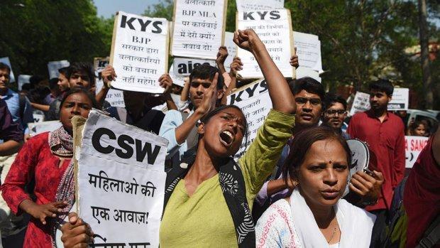 Protest om arrestaties na verkrachting en moord op meisje (8)