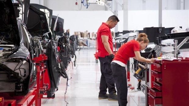 Elon Musk vervangt robots in fabriek: 'Mensen worden onderschat'