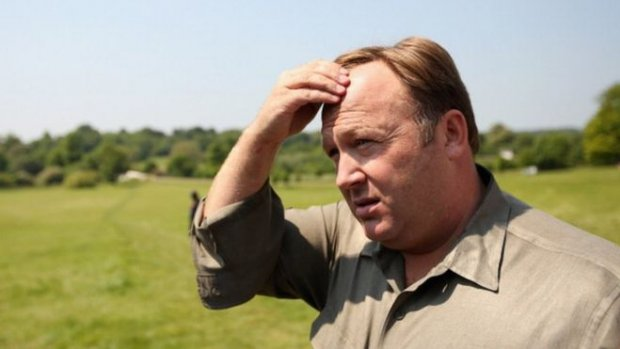 Twitter schorst Alex Jones alsnog