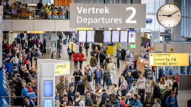 Langere wachtrijen op Schiphol vanwege acties beveiligers