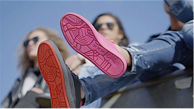 Sneakers met zolen van kauwgom van de straat