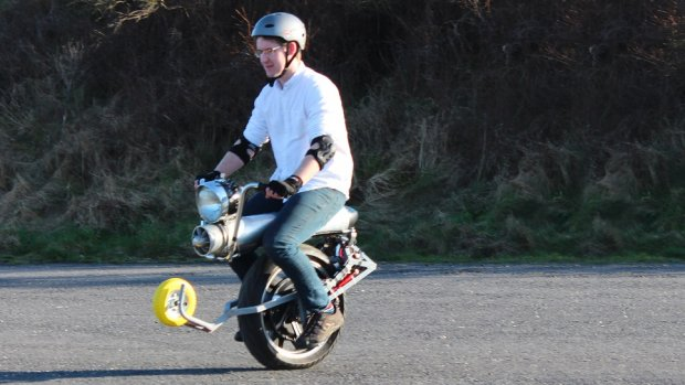 Uitvinder toont elektrische eenwieler-scooter