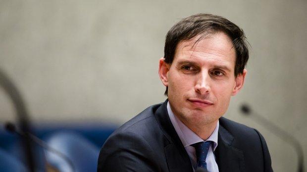 Hoekstra zet opnieuw vraagtekens bij beloningen Van Lanschot