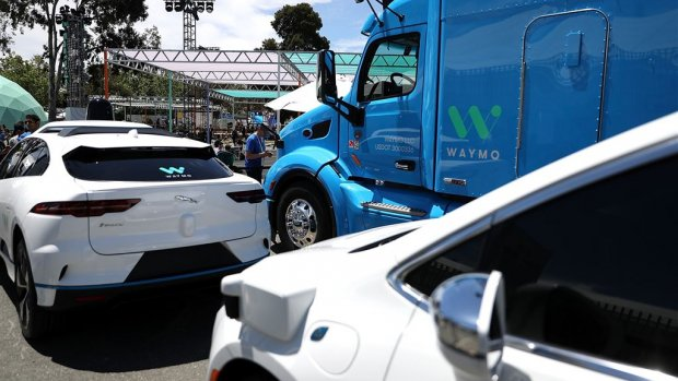 Zelfrijdende auto's in VS op de weg gepest en belaagd: 'Mensen zijn bang'