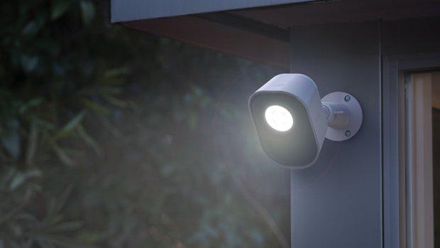 Deze slimme beveiligingslamp jaagt inbrekers weg