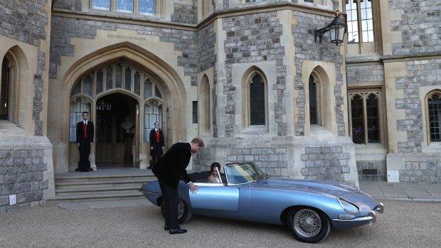 Elektrische Jaguar brengt Harry en Meghan naar receptie