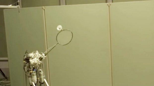 Deze badmintonrobot kent de trucjes van het spel