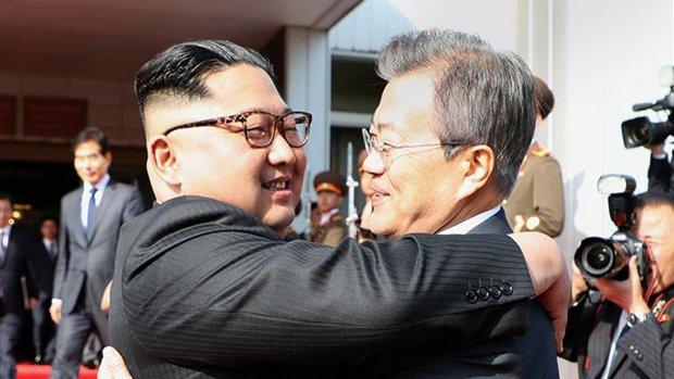 Leiders Korea's omhelzen elkaar
