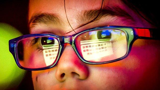 Voorkom dat je kind bijziend wordt door staren naar schermen