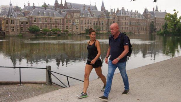 Frits Wester en Floor Bremer lopen de Vierdaagse