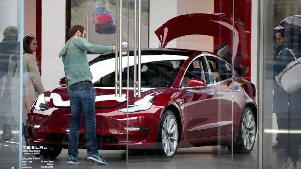 Tesla houdt meer winkels open, en dat maakt de auto's duurder