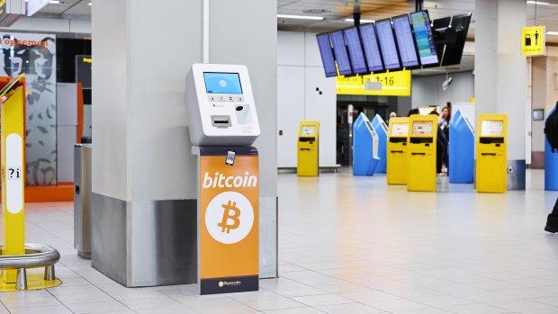 Automaat op Schiphol wisselt euro's voor cryptomunten