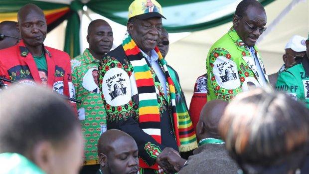 President Zimbabwe ontsnapt aan explosie op bijeenkomst