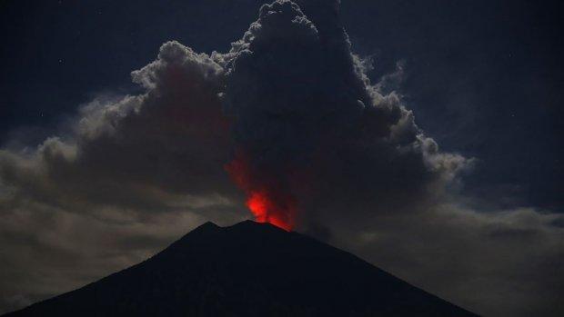 Luchthaven op toeristeneiland Bali dicht door vulkaanas