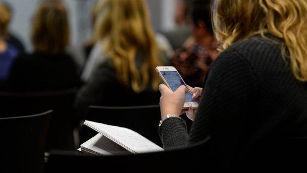 Telefoonverbod: onvoldoende als je appt tijdens de les