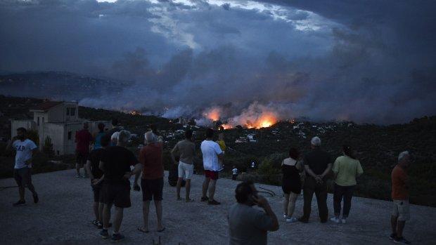 Noodtoestand uitgeroepen om enorme bosbranden bij Athene