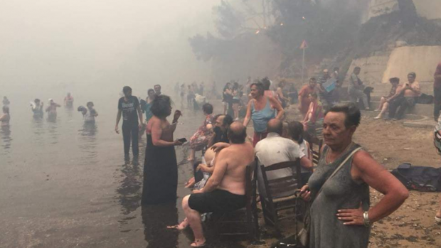 Grieken totaal overvallen: 'Vlammen achtervolgden ons tot het water'