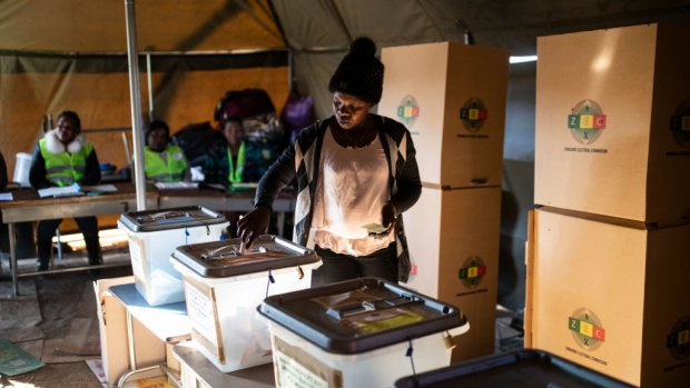 Zittend president Mnangagwa wint verkiezingen Zimbabwe