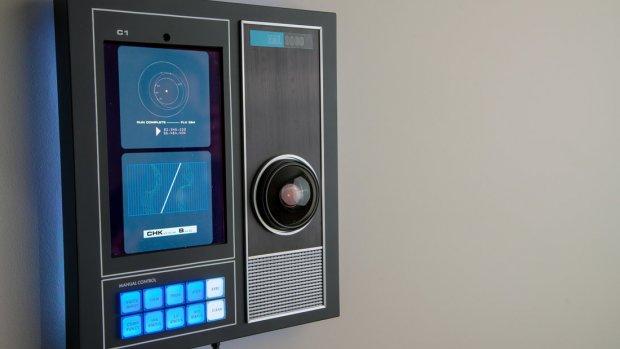 Replica van HAL 9000 reageert op spraakopdrachten