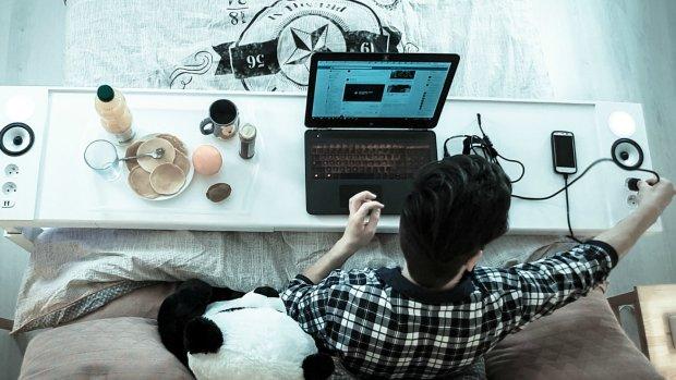 Thuiswerken wordt pas echt leuk met dit bureau voor je bed