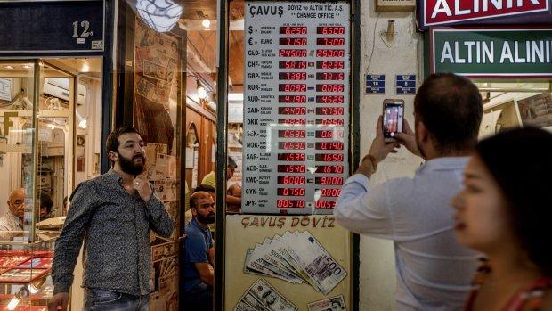 Turkse lira duikt verder omlaag, centrale bank grijpt in