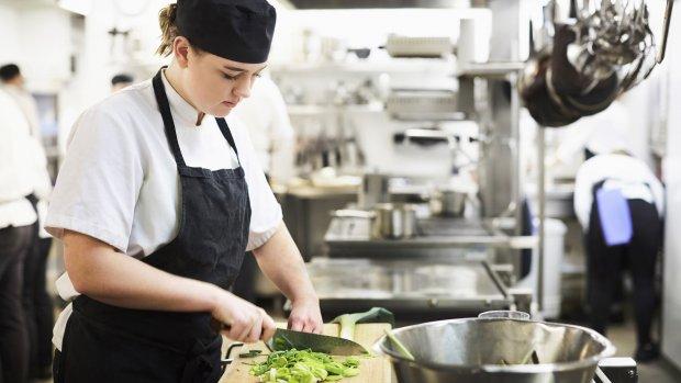 Als personeel schaars is, waarom stijgen lonen dan niet harder?