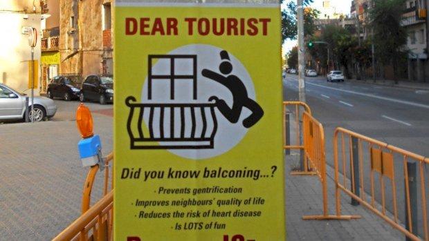 Antitoerisme-activisten in Barcelona verspreiden bizarre posters