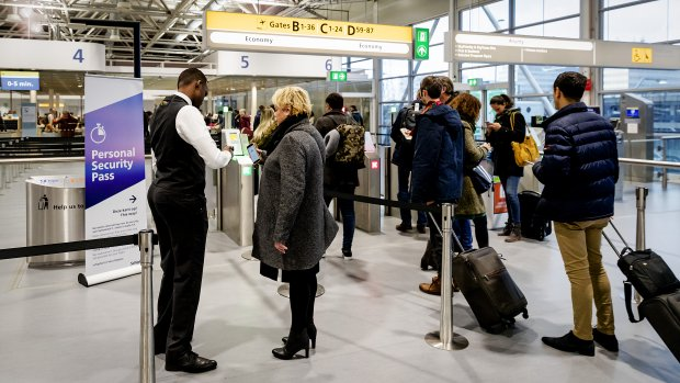 Beveiligers Schiphol gaan staken: reis 200.000 mensen in gevaar