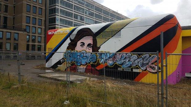 Beklad graffitikunstwerk Anne Frank weer in ere hersteld
