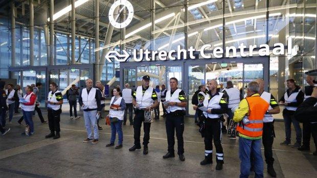 Agenten hinderen reiziger in Utrecht