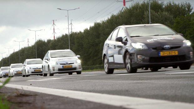 Eerste Nederlandse test met slimme auto's en verkeerslichten