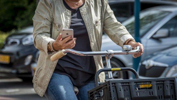 Appen op de fiets straks verboden