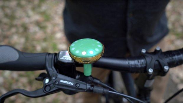 Getest: deze slimme fietsbel wijst je de weg