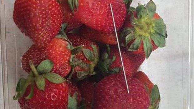 Jongen opgepakt voor verstoppen van naalden in aardbeien