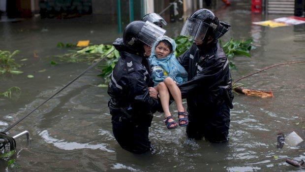 Tyfoon Mangkhut zwakt af, Filipijnen en China maken schade op