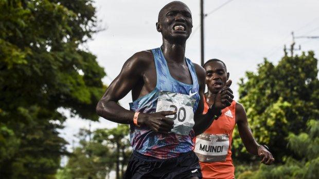 Koploper marathon Colombia aangereden door auto