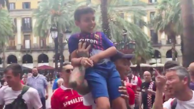 PRACHTIG! PSV-fans tillen Barca-fan omhoog