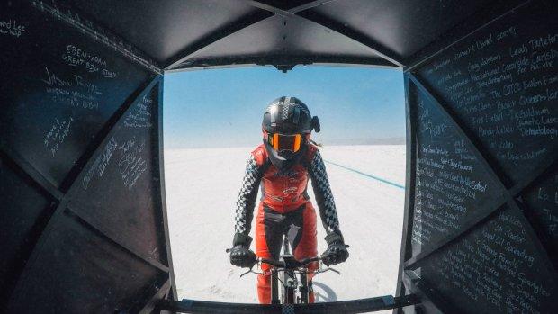 Vrouw fietst wereldrecord van Nederlandse man uit de boeken