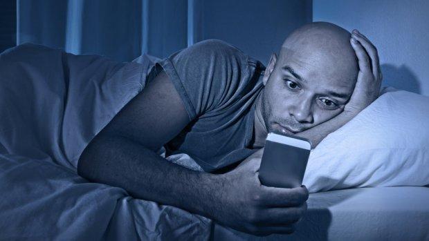 Beter slapen? Laat je mobiel liggen en zorg voor rood licht