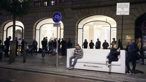 Huawei plaatst 'powerbank' voor Amsterdamse Apple Store