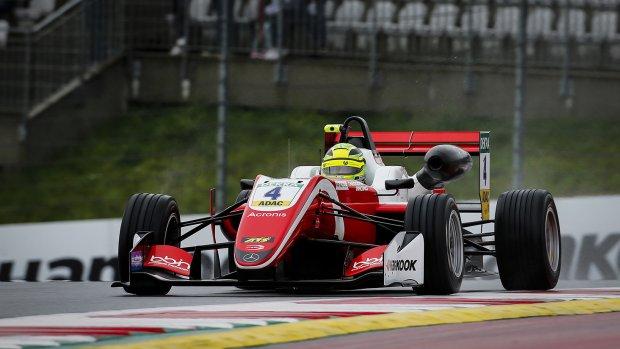 Schumacher aan kop na vierde zege op rij