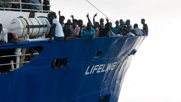 Reddingsschip Aquarius verliest vlag
