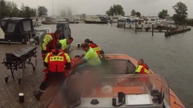 Vader en zoon uit Veluwemeer gered na kapseizen zeilboot
