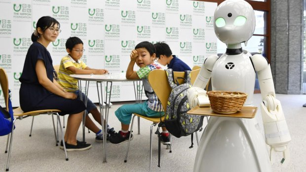 Deze robot-obers worden bestuurd door invaliden