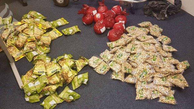 Politie vindt tientallen zakken pistachenootjes en kaas in auto